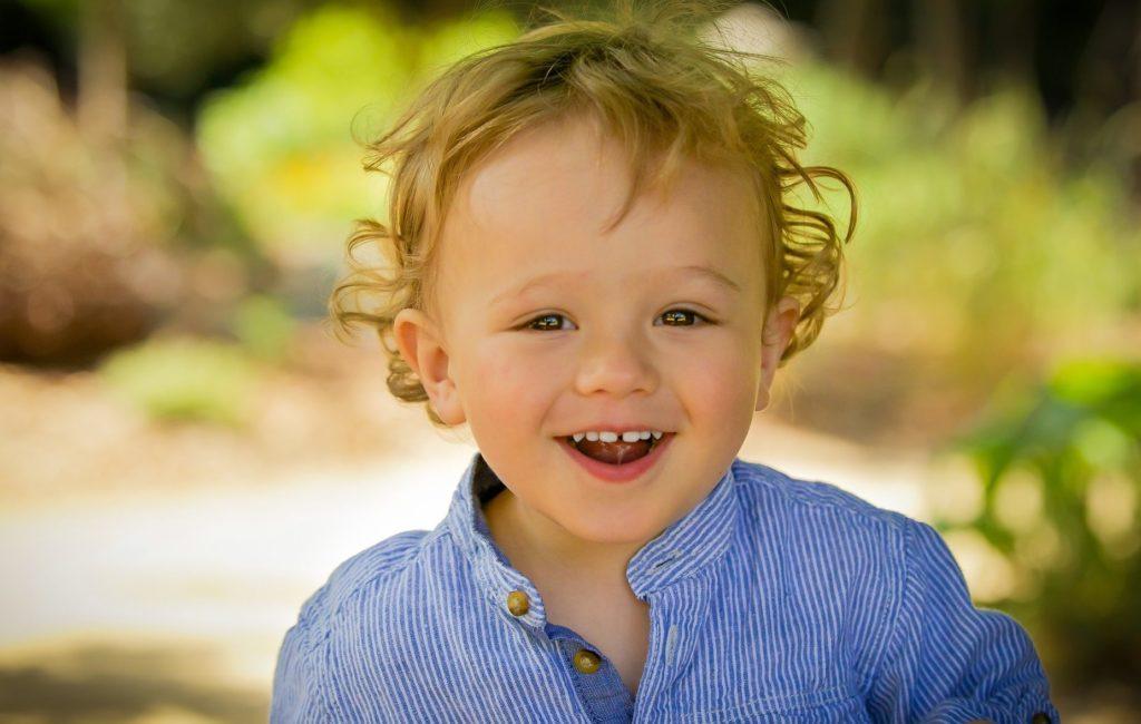 мальчик кудрявый смеется раннее развитие в центре детского развития Bubu севастополь