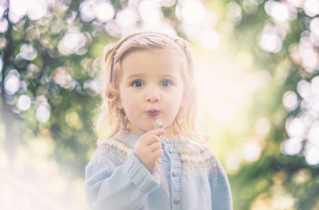 девочка дует одуванчик раннее развитие севастополь