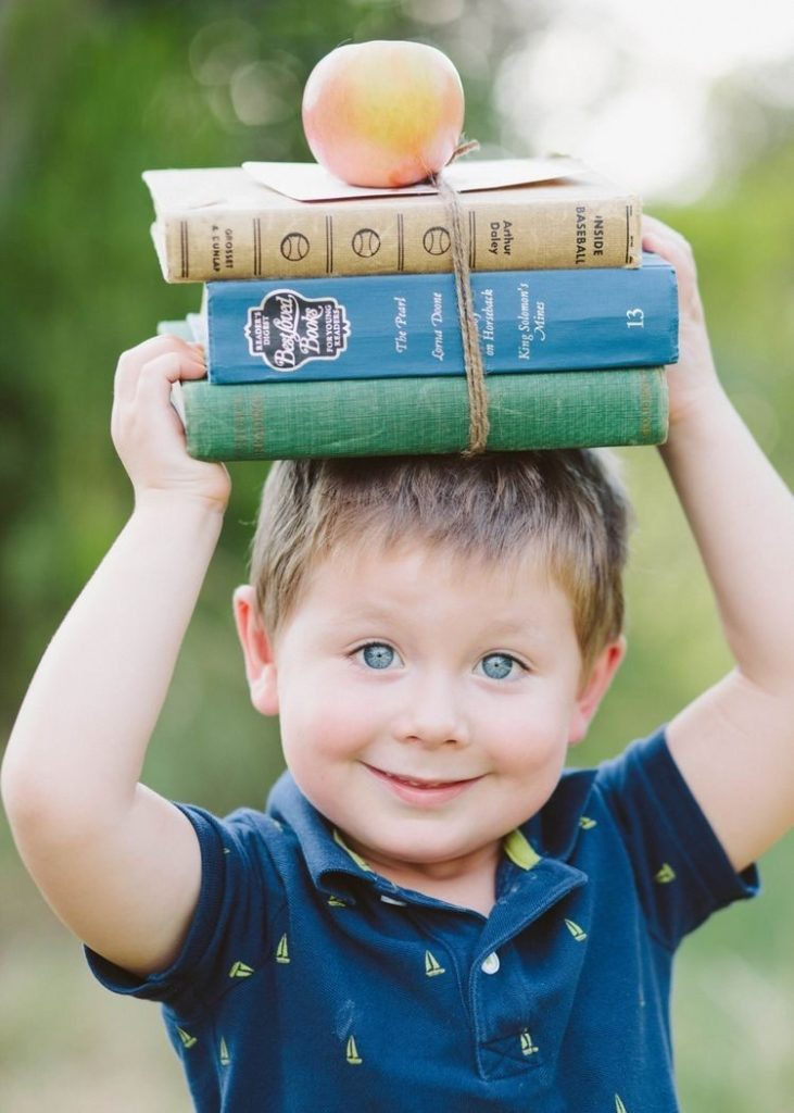 мальчик с книгами готовится к школе в Центре детского развития в Севастополе