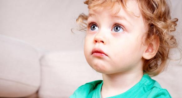 малыш с большими глазами расстроен