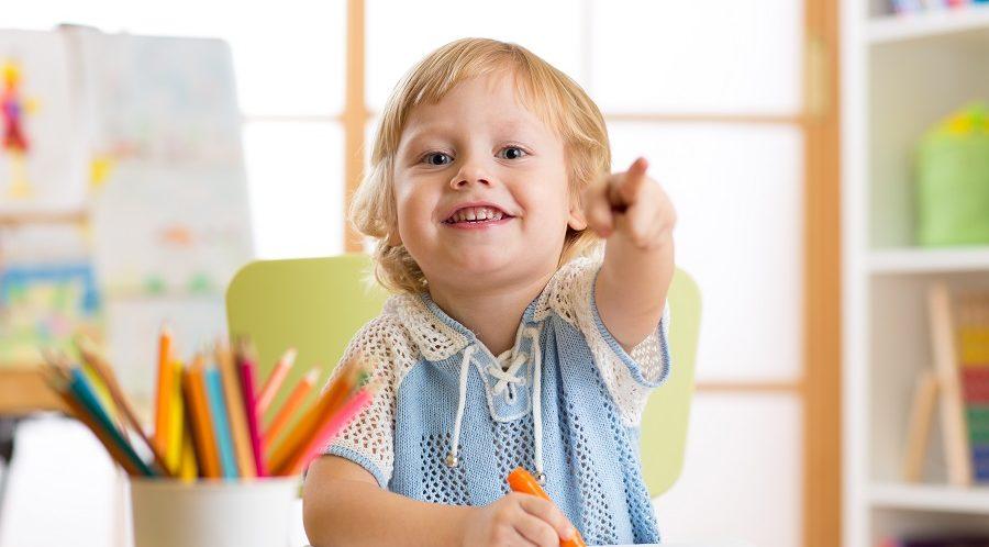 мальчик рисует в центре детского раннего развития в севастополе