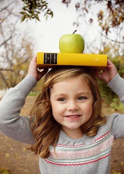 девочка с книгами улыбается ходит на подготовку к школе с 5 лет