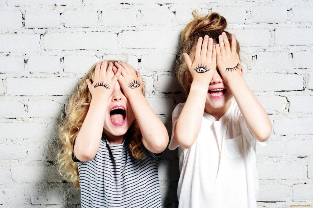 девочки улыбаются на логопедических занятиях по коррекции реи