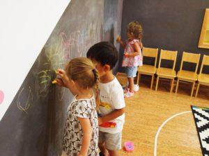монтессори сад дети рисуют
