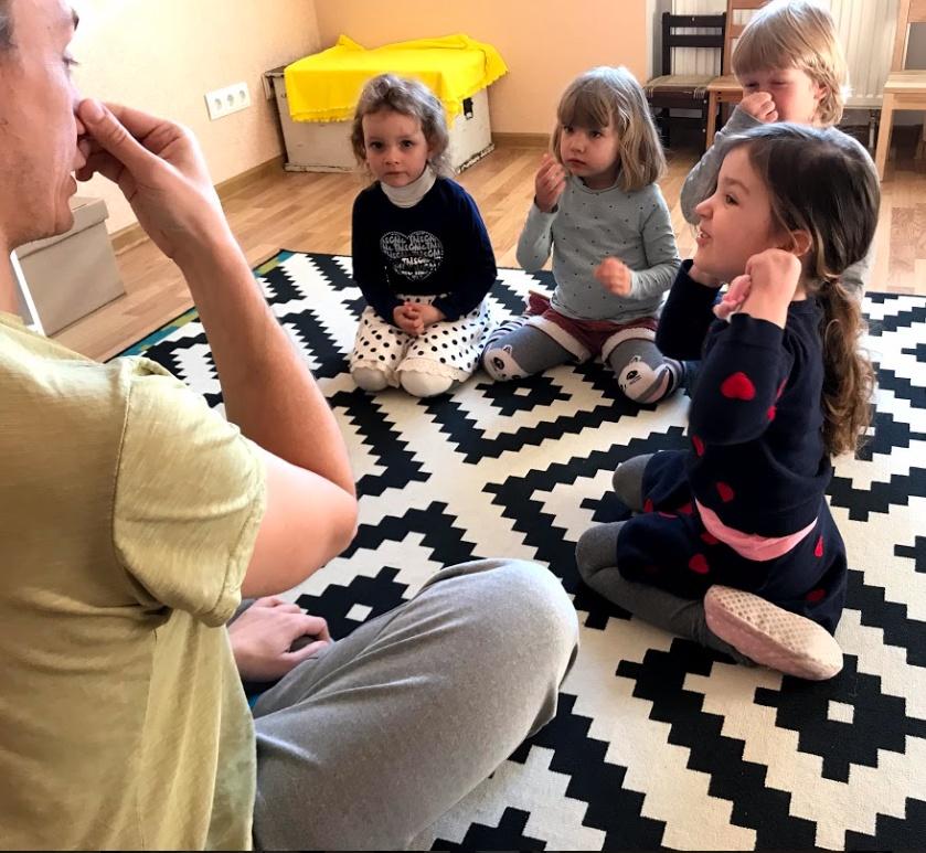 Педагог учит детей английскому языку